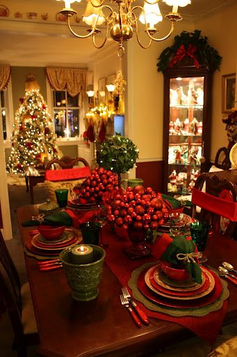 Traditional Christmas SettingsHouse Tours, Christmas Time, Dining Room, Christmas Tables Sets, Christmas House, Christmas Dinner, Christmas Decor, The Holiday, Holiday Tables