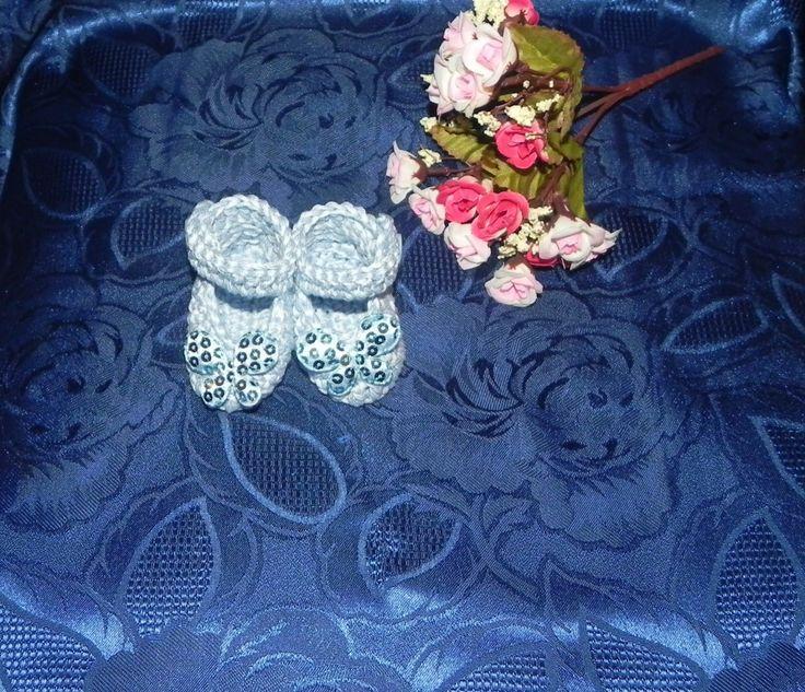 Scarpette neonato realizzate ad uncinetto in cotone azzurro di Coccole di lana su Bebuù