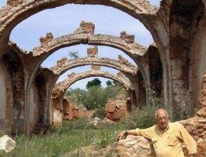 Viejas Ruinas De San Roque Levantada en el límite con los infiernos, San Roque, como la conocen hoy; sustenta la bóveda celeste con sus arcos, aligerada de toda carga, y en su inmensa caridad, abre sus puertas, para llenar de vida El llano, y llevar a la dama y al caballero de sus pies, palabras de consuelo y esperanza. San Roque y el perro… Caminante, siente el prodigio de esta tierra. La luz, renovada cada día.