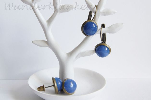 Hübsche Ohrringe mit dunkelblauem Cabochon. Erinner an tiefblaues Meer an heißen Sommertagen ♡