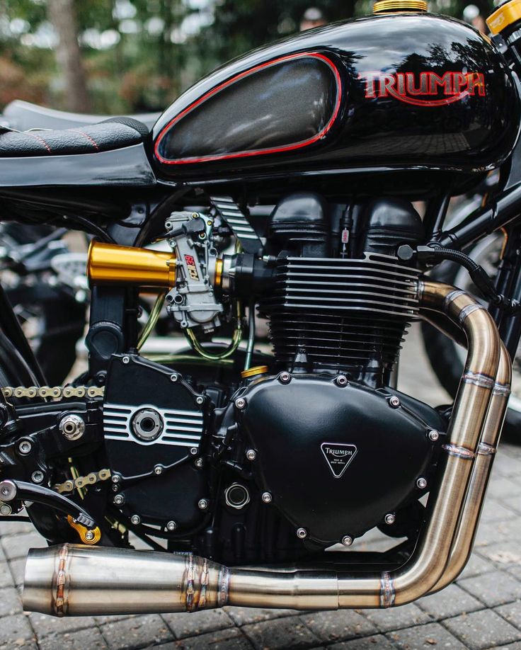 Triumph Bonneville pre-2016 engine | Kehin FCR carburator | Rear sets | 2-in-1 exhaust