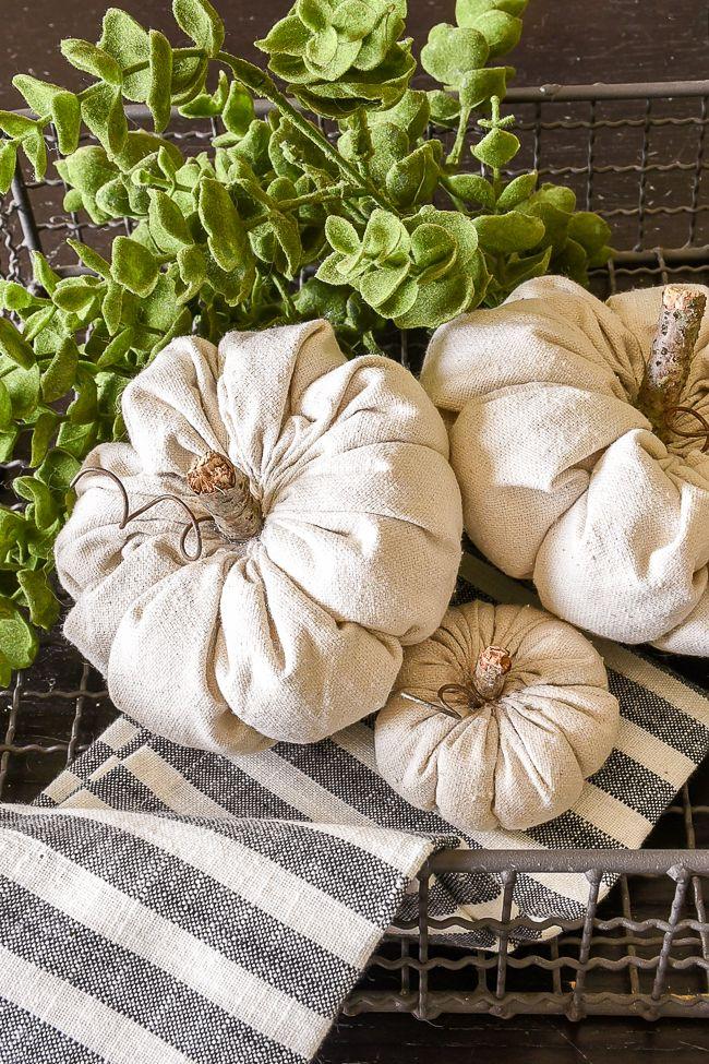 Lernen Sie, wie Sie schnell, einfach und liebenswert DIY-Stoffkürbisse für den Herbst herstellen können