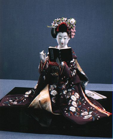nihon-no-ningyou:  A maiko reading. This doll was made by Shisui Sekihara, a master dollmaker from Kyoto.