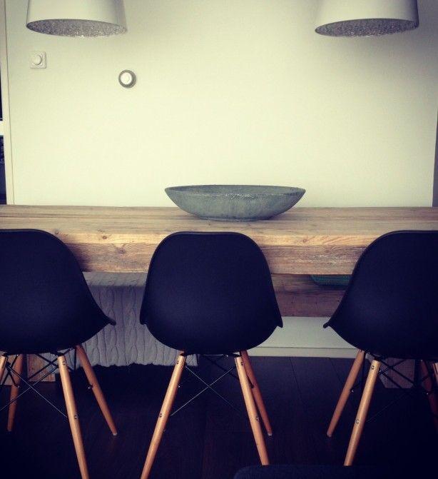 Stoere steigerhouten tafel met bankje en Eames stoelen.