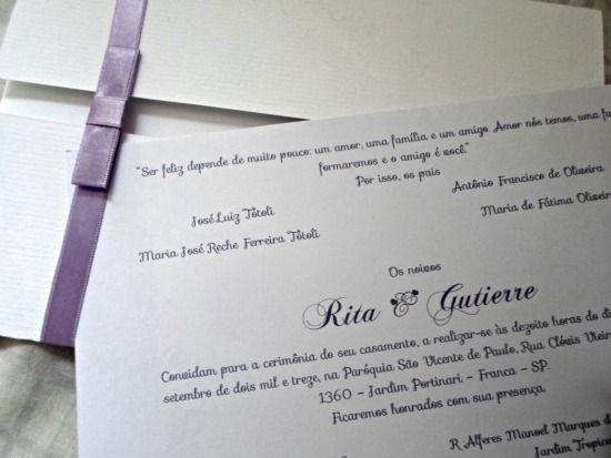 Convite de casamento feito em casa: branco, com fita lilás e laço chanel.