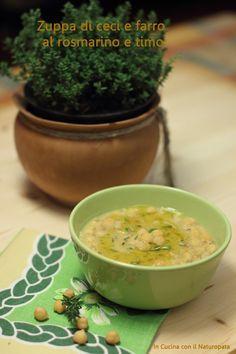 Una ricetta classica, la zuppa di ceci con farro aromatizzata al timo e rosmarino. Un piatto unico sano e gustoso