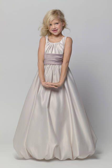 Damigella elegante in abito perla