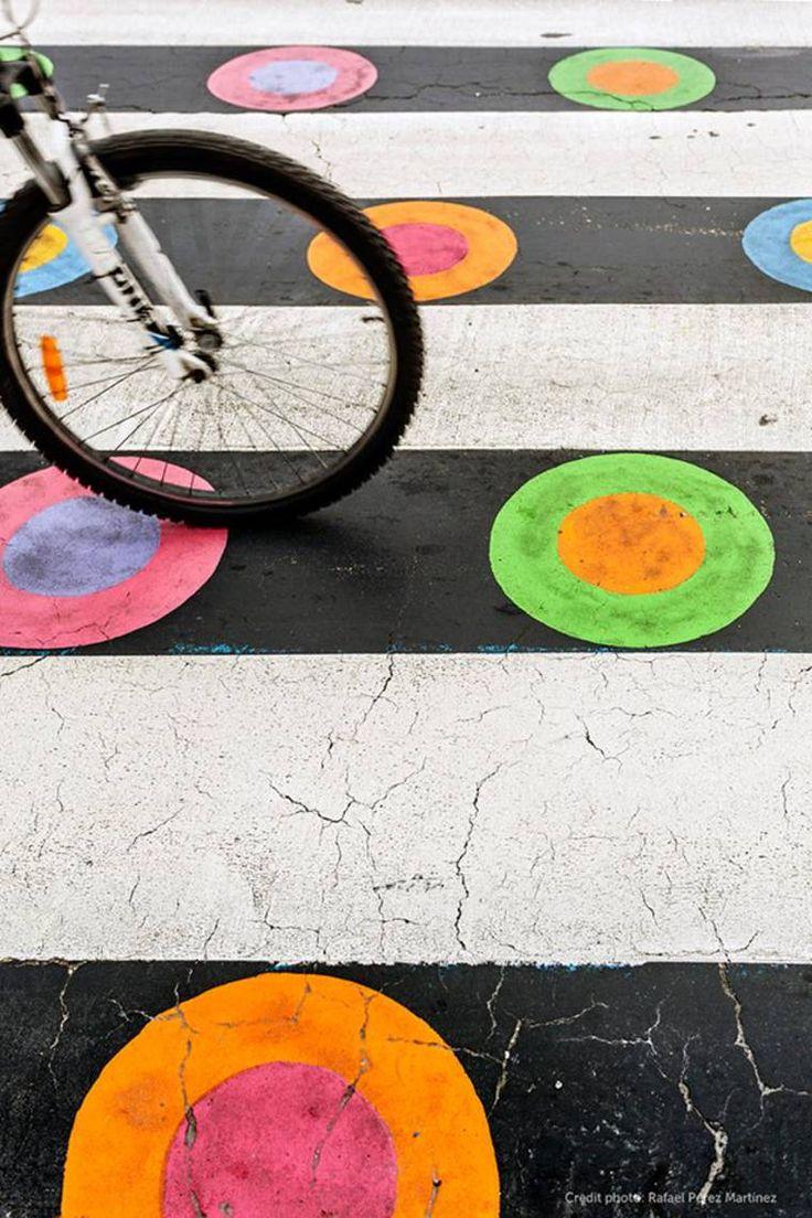 Com sua série Funnycross, o artista de rua búlgaro Christo Guelov gosta de decorar as passarelas da cidade de Madrid, com desenhos coloridos e geométricos, transformando radicalmente a paisagem urbana!