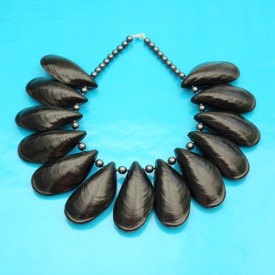 mussel necklace by Ineke Otte