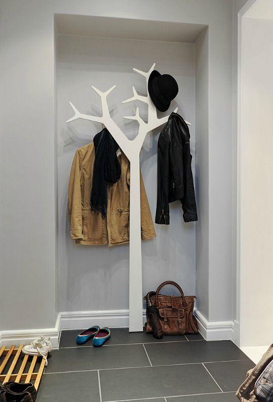 Een kapstok is onmisbaar in de gang. Er is veel keuze in kapstokken: haakjes aan de muur, een staande kapstok, een hangkapstok. Ik zocht verschillende kapstok ideeën op.