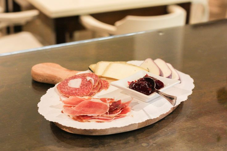 """Il piatto forte: Tagliere di salumi e formaggi.  Tutti i prodotti che abbiamo provato e scelto corrispondono al requisito di offrire una grande proposta al miglior prezzo per i nostri clienti. Nell'immagine sono raffigurati: pecorino """"scoparono"""", pecorino """"cacio divino"""", salame """"palle di mulo"""" e culatello."""