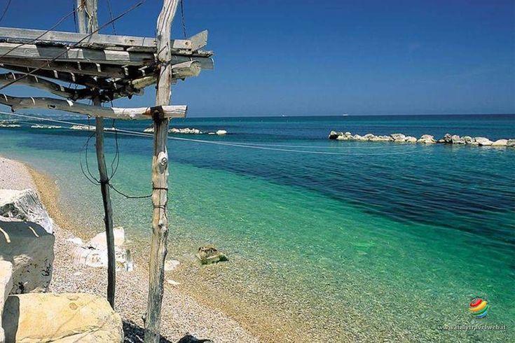 Punta Aderci a Vasto, rappresenta uno dei tratti di costa più belli d'Abruzzo grazie ad una natura incontaminata e selvaggia e un mare limpidissimo