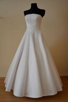 K minimalistickému štýlu patria jednoduché svadobné šaty...