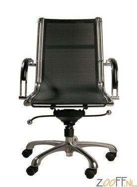 Kare Design Commander Bureaustoel Laag - De Kare Design Commander Bureaustoel is een super trendy en zeer stijlvolle bureaustoel voorzien van verchroomde elementen en echt leer. De kantoorstoel beschikt over een voet met 5 poten met dubbele wieltjes wat de stoel gemakkelijk verplaatsbaar maakt. De lage designstoel voorzien van armleuningen is verstelbaar in hoogte en optimaal geschikt als bureaustoel op kantoor. Overigens is de kantoorstoel ook verkrijgbaar in een hoog model bij Zooff.