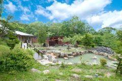北海道ニセコ温泉の宿ニセコグランドホテルの最大の魅力は広大な庭園露天風呂 緑に囲まれてリラックスした時間を過ごせますよ しっとりとすべすべ2種の泉質があるので両方楽しんじゃってください()/ 近くでラフティングやゴルフを楽しんだ後に身体の疲れを癒してくださいね tags[北海道]