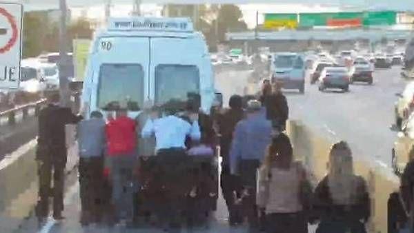 Che... ¡Qué buena idea el Metrobus de la Autopista 25 de Mayo con un solo carril! ¿no? - http://2ba.by/281eh