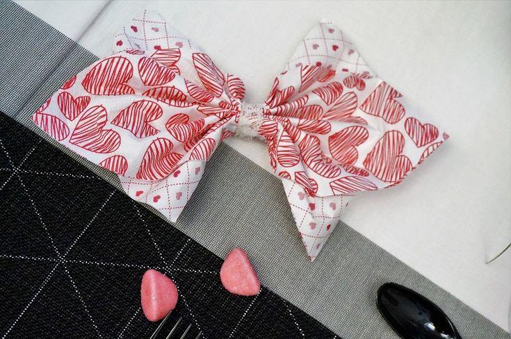 Pliage de serviette en forme de noeur et coeur pour la Saint Valentin