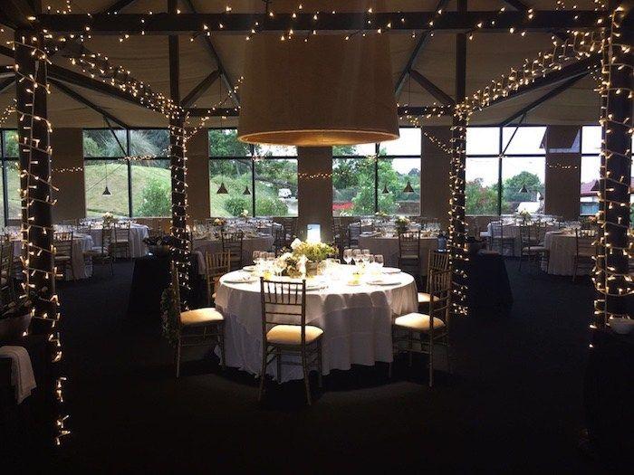 Boda romántica en un pazo gallego. Una cena mágica y un primer baile es un escenario increíble. Una boda llena de detalles especiales.