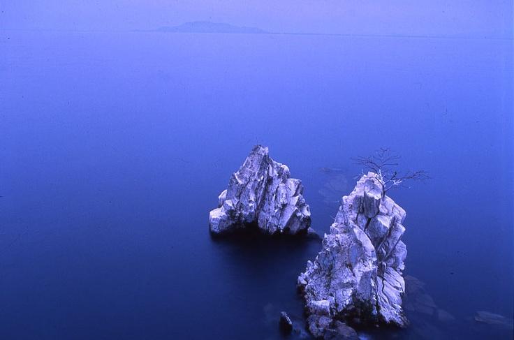 蒼い琵琶湖に突き出した白い岩礁が不思議なコントラストを見せていた
