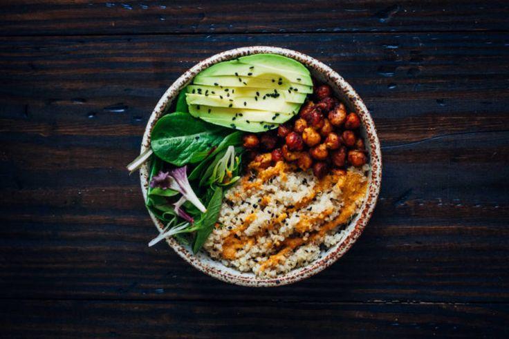 Buddha Bowl Киноа, нут, зелёные овощи и ароматный соус из красного перца.
