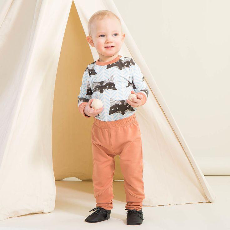 ROCK STAR baby housut, fasaani | NOSH verkkokauppa | Kevään lasten uutuusmallistossa leikitellään joutsenien, pesukarhujen ja raitojen iloisessa joukossa. Tilaa tuotteet NOSH edustajalta tai verkosta nosh.fi/lapset (This collection is available only in Finland but you can shop these wonderful fabrics online en.nosh.fi)