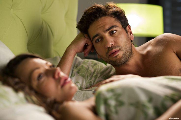 Frust im Bett für Connie (Cosma Shiva Hagen) und Eroll (Elyas M'Barek).  © 2014 Constantin Film Verleih GmbH / Marco Nagel