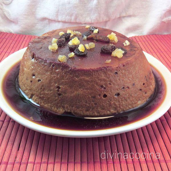 Esta receta de flan de chocolate casero combina la receta tradicional del flan de huevo con un intenso sabor a chocolate.