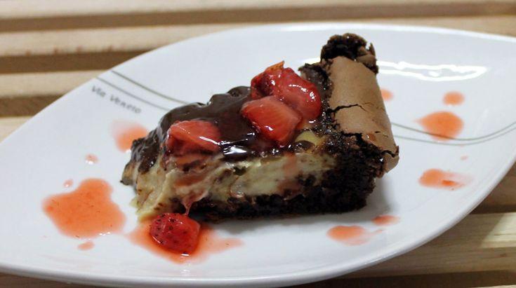 Torta brownie alla banana con fonduta al cioccolato e riduzione di fragole