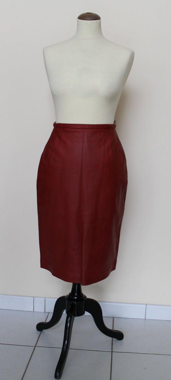 Jupe en cuir rouge 1960s par Brokidée vintage sur etsy