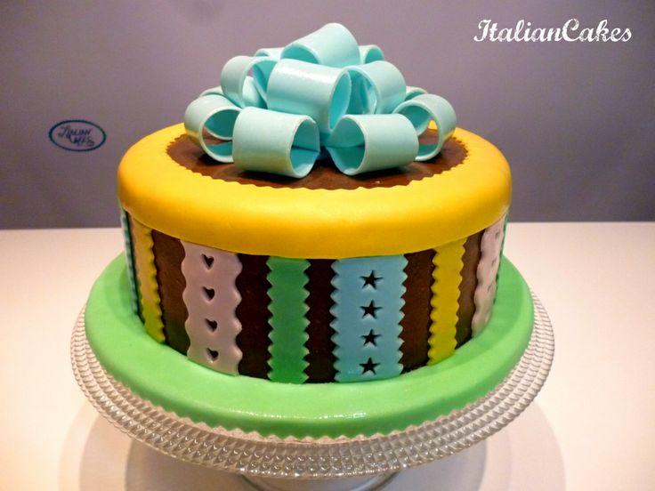 Torta decorata multicolore con fiocco video tutorial.