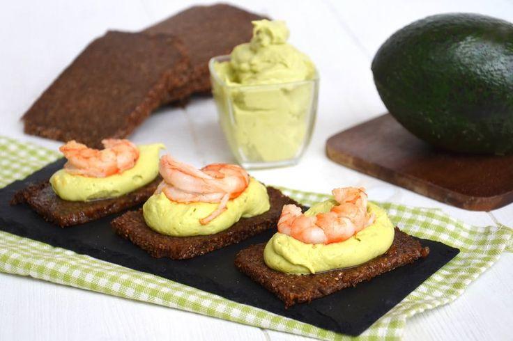 Crostini con crema di avocado e gamberi