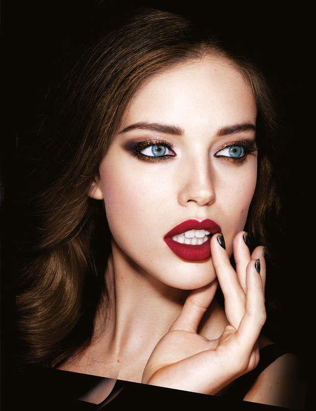 Le rouge sombre Impossible de passer à côté de cette tendance make up. Pour afficher des lèvres sombres impeccables, choisissez une texture mate ou semi-mate. Vous pouvez aussi porter les rouges sombres sur les yeux, en optant cette fois-ci pour un fini plus lumineux comme celui de l'Illusion d'Ombre Rouge Noir de Chanel.