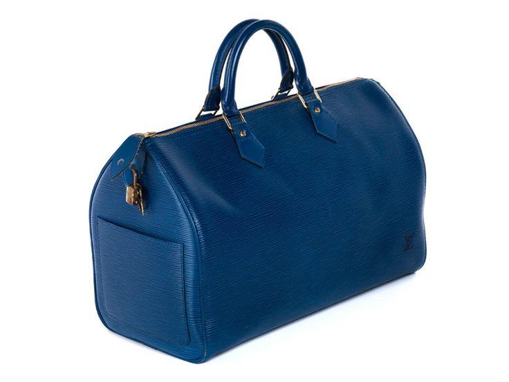 Ca. 25 x 40 x 19 cm. 21. Jahrhundert. Kleine Reisetasche im klassischen genarbten Epi-Leder in Blau mit einem seitlichen Steckfach, zwei Tragehenkeln und einem...