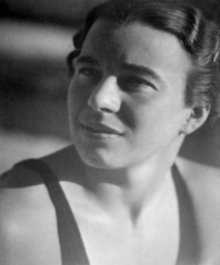 """""""Vigyázz, többé nem én beszélek"""" – szólt barátnőjéhez Dallos Hanna, egy fiatal zsidó nő 1943-ban. Ezzel a mondattal indul a világhírű spirituális könyv, Az angyal válaszol története.(1) A könyvben négy fiatal művész beszélget a Hanna hangján megszólaló angyalokkal, így kimenekülve az őket körülvevő..."""