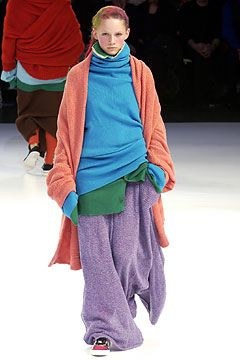 Yohji Yamamoto - Page 3 - StyleZeitgeist I would have been afraid she'd trip during her walk on the cat-walk !