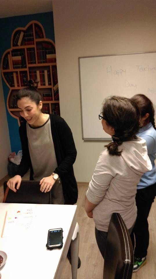AmericanLIFE İstanbul Üsküdar İngilizce Almanca Rusça Yabancı Dil Kursu Öğretmenler Günü Etkinliği. Sevgili öğretmenimiz Aslı DİLER'e öğretmenler gününde öğrencileri sürpriz yaptı. Bundan sonraki eğitim öğretim hayatında başarılar dilediler. Aslı öğretmen öğrencilerinin bu jestinden çok memnun kaldı ve öğrencilerine bundan sonra ona verebilecekleri en güzel hediyenin İngilizce öğrenmek olacağını vurguladı. #americanlifeuskudar #ogretmenlergunu