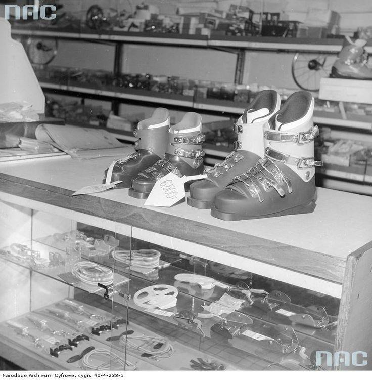 Stoisko ze sprzętem sportowym. Na ladzie widoczne buty narciarskie.
