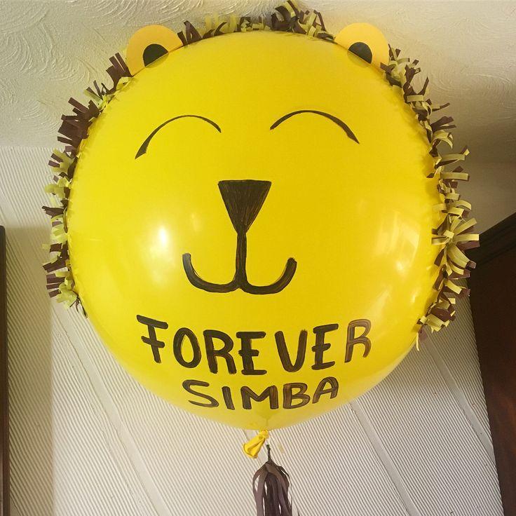 """Los pequeños """"Nala"""" y """"Simba"""" de """"El Rey león"""" disfrutando de un mágico globo con diseño especial!! #díseloconglobos . . . . #globosgigantes #bigballoons #elreyleón #globos #lion #balloons (en Teatro Telcel)"""