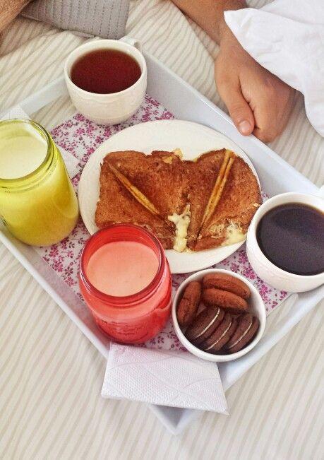 Desayuno en la cama(selladitos de queso, leche con plátano,  té, café y galletas), bed breakfast.