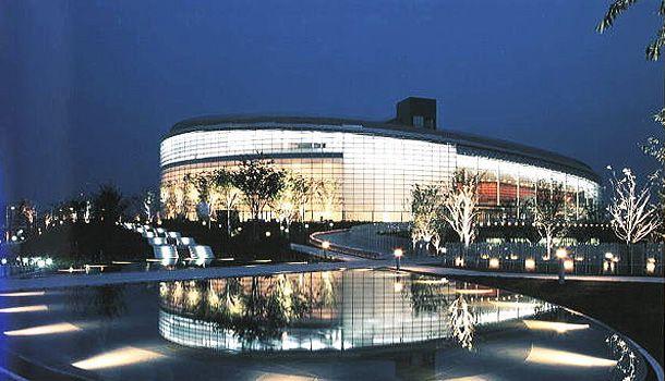 新潟市民芸術文化会館写真(新建築1999年1月) 信濃川沿いに位置した楕円形の建物で、屋根は緑化を配慮し外壁は全面ガラス張りである。 隣接する、コンサートホール、演劇ホール、能舞台の間仕切には遮音性に優れた浮き構造を採用し、又寒冷地における省エネにも配慮された建物です。 夜景が周囲の水辺に映え美しさを際立たせている。