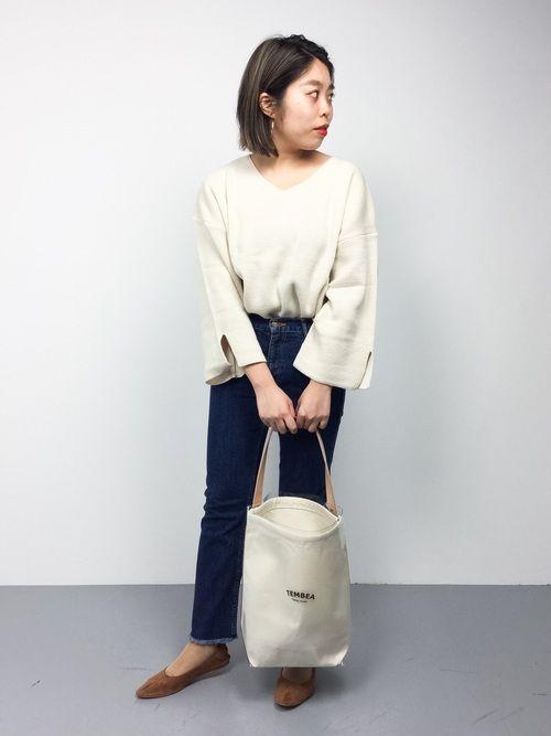 今年トレンドのスリーブ袖ニットが主役の、春の大人カジュアルスタイル○  ニットの色に合わせて、バッグ