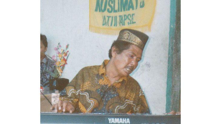 Ali Asrun Siregar adalah seorang seniman yang berasal dari Tapanuli Selatan – Mandailing Natal. Beliau lahir tahun 1947 di Simangambat, Kec. Siabu, Kab. Tapanuli Selatan (sekarang Mandailing Natal – penulis). Orangtua beliau adalah petani dan kita ketahui di awal kemerdekaan kehidupan masyarakat di pelosok tanah air masih jauh dari layak, begitu juga di Tapanuli Selatan. …