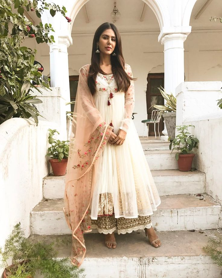 "31.3k Likes, 196 Comments - Sonam Bajwa (@sonambajwa) on Instagram: ""Happy Vaisakhi my lovelies 😘😘... Wearing @anjumodi  Earrings @fabindia  Styled by @rajitkumra…"""