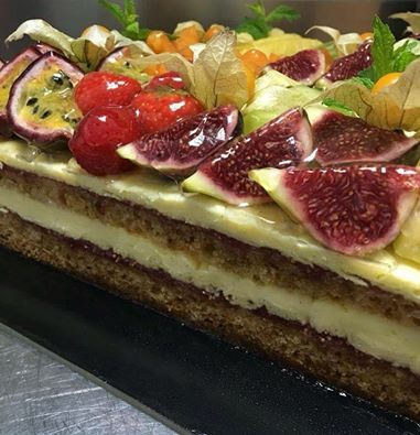 Cake vip  Victoria sponge cake Fig jam layers and vanilla pastry cream garnished with fresh fruits  #fig #victorian_sponge #victorian #vanilla #fresh #fruits #strawberry #patisserie #apapastavrou #argiris_papastavrou #physalis #kiwi #ananas #passionfruit #patissier