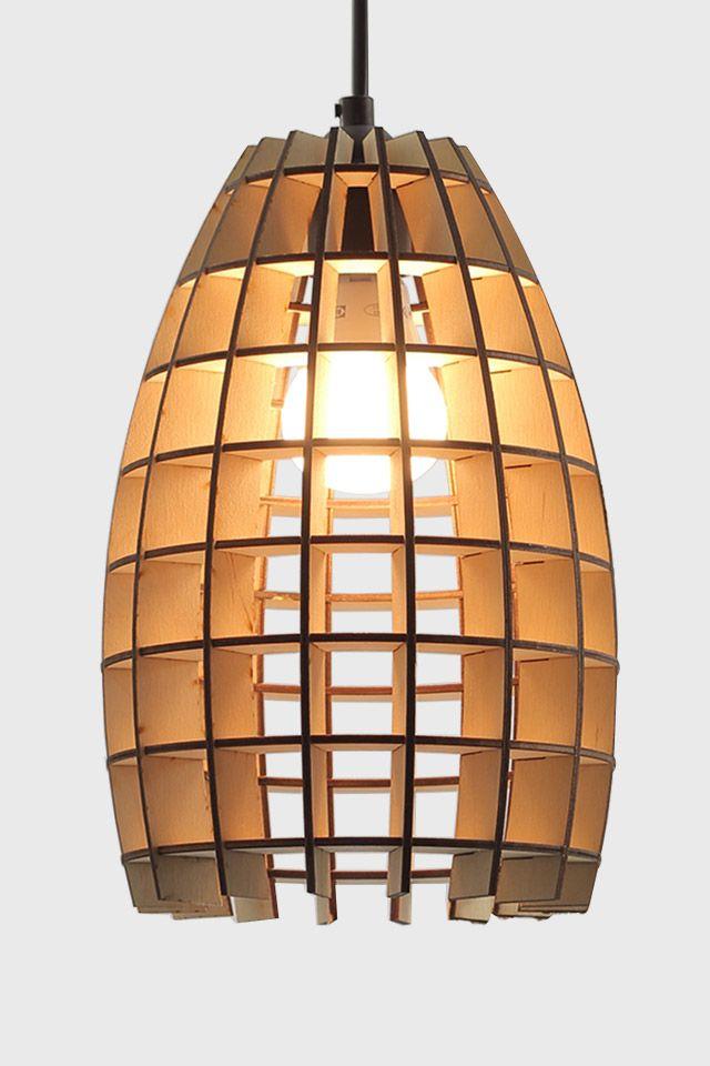 Betty is een bijzondere lamp, ontworpen door Jurre Groenenboom en geproduceerd met hulp van jongeren die moeite hebben op de arbeidsmarkt. De houten lamellen van hanglamp Betty zorgen voor een unieke verspreiding van het licht en een bijzonder schaduwpatroon. Deze lamp is een echte eyecatcher binnen uw interieur. Met het unieke design en kleine formaat is Betty overal op te hangen.