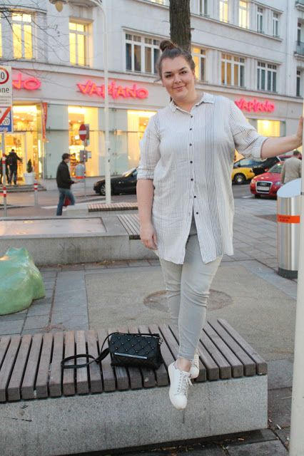 Dress Over Pants Trend mit Kleid (oder Longbluse ) über einer skinny Jeans in rau mit frayed hem | monochrome grey white Plus Size Fashion Outfit