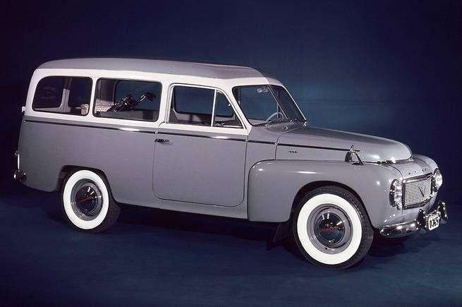 """<b>Volvo Duett</b><br /> Året var 1953. Volvo insåg efter folkbilen PV444 att man behövde en rymligare bil: Då lanserades Volvo PV445 - som kallades Duett. Namnet anspelade på att den både var en yrkes- och fritidsbil. Kanske tänker du: Nej! Det här var ju en arbetshäst enbart och ingen lyxvagn: Tänk då om. Och titta på vad som ligger i bagaget: Just det. Golfklubborna. Och färgen är inte någon vanlig grå: Vad sägs om Volvos färgkod 44 """"Pärlgrå/gråbeige""""."""