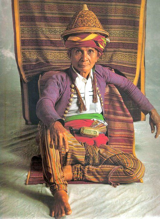"""Yakan: Badja, Tipo-tipo, Basilan. 'Sinaunang Habi' ni Marian Pastor-Roces """"The fringed kandit of Yakan men such as Ahadas Antaas is wound many times around the waist and held in place where the lutuan, betel nut box, is positioned atop the resulting bulge. The sawwal, made of sinaluan, not only display extreme fineness in the diamond-twilled pattering, but also in the miniscule twining (sapid) of the below-the-knee joinery line (bakiyaq), to which attention is drawn by a silk tassel…"""