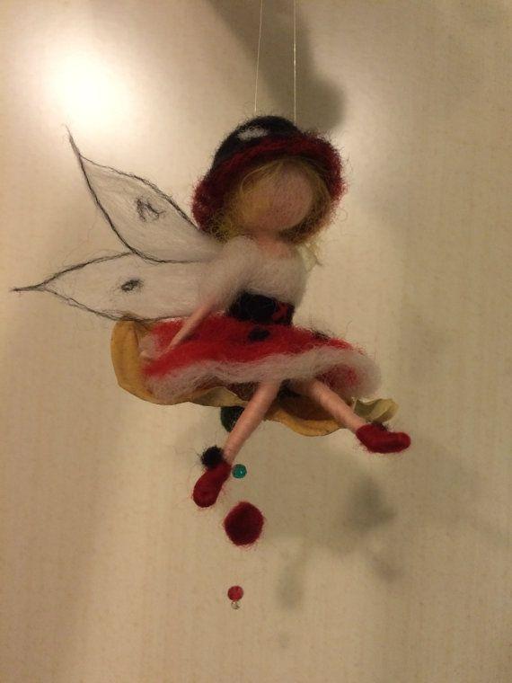 Nadel Filz. Fee Marienkäfer fliegen auf Blätter von DreamsLab3