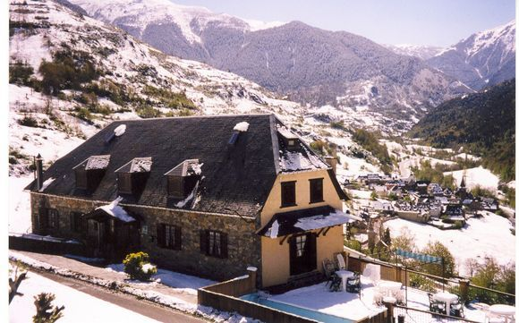 Vila - Casa Curbelies - Casa tipica aranesa con paredes exteriores de piedra y tejado de pizarra, dispone de magnificas vistas del Valle, se alquila por habitaciones con lavabo incluido y wc-duchas compartidas, o bien en hab...